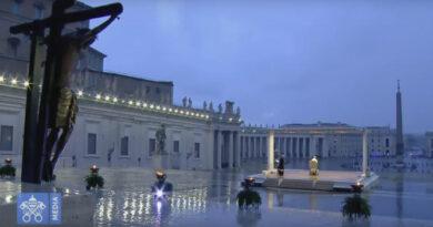 Papa Francisc binecuvântează omenirea într-o piață goală
